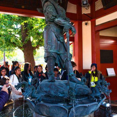 Le temple Senso-ji : Des bassins remplis d'eau (chōzubachi) sont utilisés par les fidèles pour se laver la main gauche, puis la main droite, la bouche et enfin la poignée de la louche utilisée appelée hishaku pour se purifier avant d'approcher le principal sanctuaire shinto ou shaden.