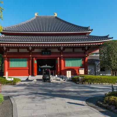 Le temple Yogodo: il abrite les Yogoshu, un groupe de Bouddhas qui suivent les enseignements de la Bodhisattva Kannon et la soutiennent dans ses actions d'illuminations. Le bâtiment actuel a été érigé en 1994 à l'occasion du 1200e anniversaire de d'Ennin, un des prêtres à l'origine de la prospérité du Senso-ji.