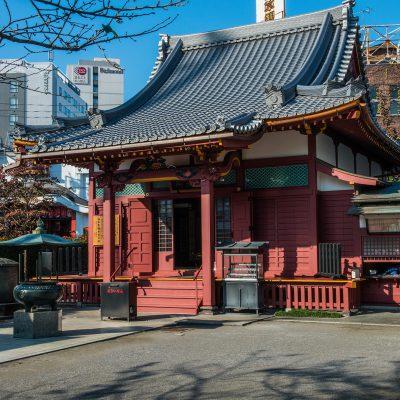 Le temple Awashimado datant de la deuxième moitié du XVIIesiècle, lorsque Awashima Myojin, divinité protectrice des femmes, commença à être adorée à Asakusa.
