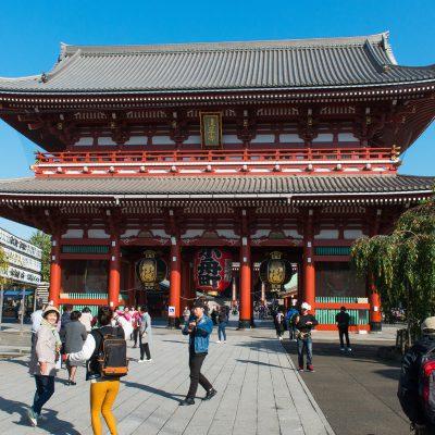 La porte Hozomon( la « Porte de la salle aux trésors » ). La porte est reconnaissable avec ses 3 gigantesque lanternes .