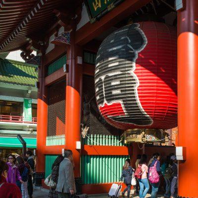 La porte Kaminari- mon marque l'entrée du Senso-ji, son nom signifie littéralement «la porte du tonnerre». Laquée vermillon, elle supporte la plus grande lanterne de papier du Japon.