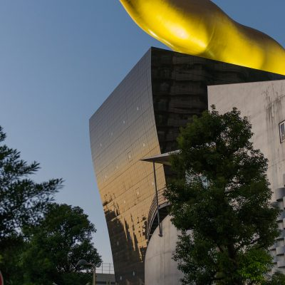 La brasserie Asahi et sa flamme dorée (Philippe Starck 1989). Situé sur la rive gauche de la Sumida-gawa dans l'arrondissement de Sumida à Tokyo au Japon.
