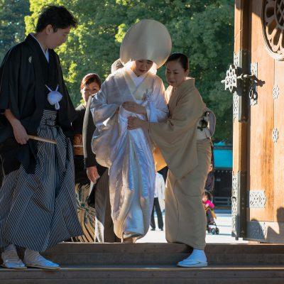 La cérémonie religieuse a lieu en général plusieurs mois après le mariage civil qui n'est qu'une simple formalité administrative.