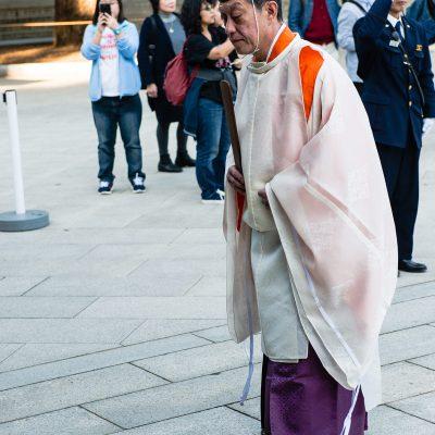 La cérémonie est dirigée par un prêtre shinto (kannushi), assisté par les miko, qui va purifier les futurs époux.