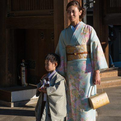 Mariage traditionnel japonais au sanctuaire Meiji jingu - Tokyo - Japon. Seuls les membres de la famille proches des mariés sont présents durant cette cérémonie.