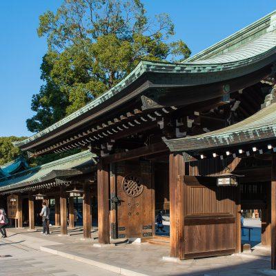 Le temple Meiji-jingu est un vaste sanctuaire contigu au parc Yoyogi, dans le quartier de Harajuku, appartenant à l'arrondissement de Shibuya à Tokyo.