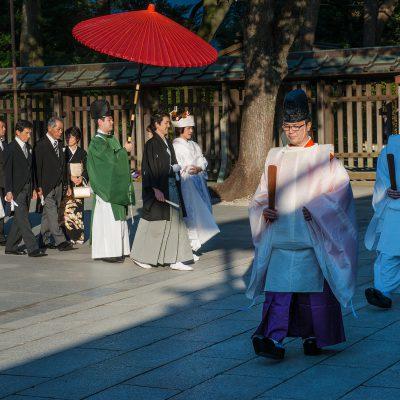 Mariage traditionnel japonais au sanctuaire Meiji jingu - Tokyo - Japon. La cérémonie est conduite par un prêtre shinto aidées de ses assistantes les « miko » habillées de rouge et de blanc.