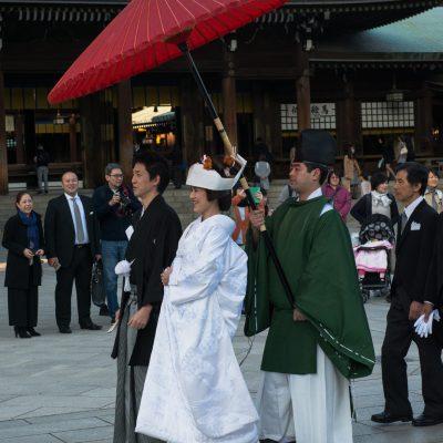 Le mariage japonais traditionnel sera un mariage shintoïste qui se déroulera dans un sanctuaire shinto mais le couple doit avoir été marié civilement et légalement avant la cérémonie religieuse.