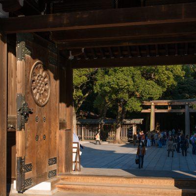 Le Sanctuaire Meiji se dresse au cœur d'un luxuriant parc qui comprend environ 100 000 arbres. Il est dédié à l'Empereur et l'Impératrice Meiji.