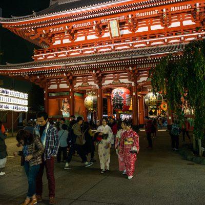 La porte Hozomon ( la « Porte de la salle aux trésors » ). La porte est reconnaissable avec ses 3 gigantesque lanternes .