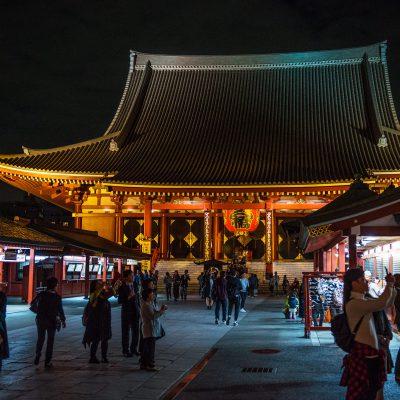 La construction de la porte Hozomon remonte à 942, lorsque le commandant militaire Taira no Kinmasa en fit offrande au temple afin d'honorer la déesse Kannon pour avoir répondu à sa prière de devenir le seigneur de la province de Musashi.