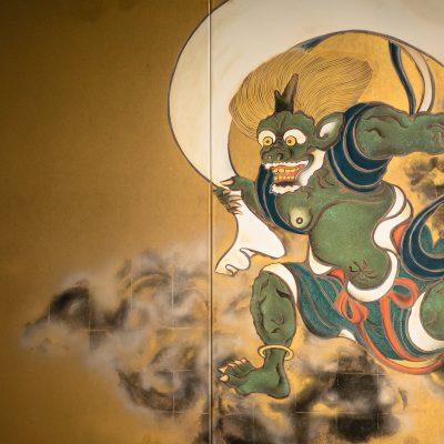 """Le temple Kennin-ji : paravent peint par l'artiste Sotatsu Tawaraya, il représente les dieux """"Fujin"""", et """"Raijin"""" (Vent et Tonnerre) séparés par l'immensité du ciel."""