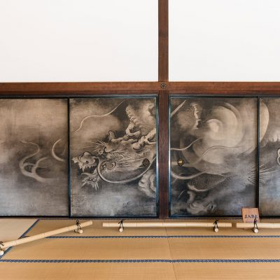 Le temple Kennin-ji. Portes coulissantes peintes : Dragons des nuages de Kaihô Yûshô (ère Momoyama 1573-1603) classé Bien Culturel Important