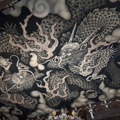 Le temple Kennin-ji. - Le plafond de la salle principale présente une magnifique fresque de dragons jumeaux stylisés qui fut réalisée par le peintre JUNSAKU KOIZUMI à l'occasion du 800e anniversaire de la fondation du temple.