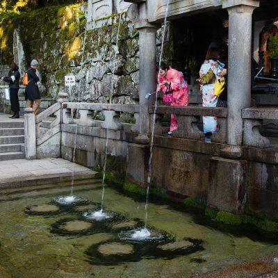 Le temple Kiyomizu-dera. En contrebas du bâtiment principal se trouve la chute d'eau Otowa-no-taki, d'où trois canaux plongent dans une mare. Les visiteurs du temple boivent de cette eau dans des coupelles en fer, eau qui aurait des propriétés thérapeutiques. Il est dit que boire de l'eau des trois canaux confère santé, longévité et succès dans les études.