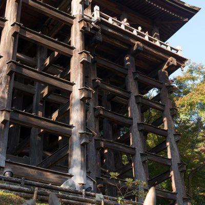 Le bâtiment principal du Kiyomizu-dera est célèbre pour sa plateforme, soutenue par des centaines de piliers, à flanc de colline et qui donne une vue impressionnante de Kyoto. Il y a aussi une pagode à trois étages et d'autres structures classées.