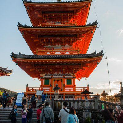 Le temple Kiyomizu-dera. Pagode à trois étages surmontée d'une flèche de métal forgé.