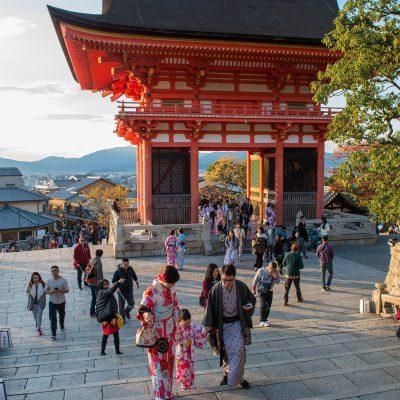 Porte Niō-mon - Le temple Kiyomizu-dera - Au Japon on peut croiser très régulièrement dans une journée des femmes portant des yukatas (kimonos d'été) colorés et fleuris, ainsi que des getas (tongs en bois)