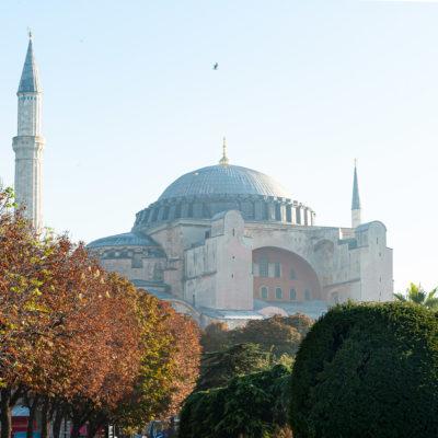 La basilique Sainte-Sophie (du grec Ἁγία Σοφία / Hagía Sophía, qui signifie « sagesse de Dieu », « sagesse divine », nom repris en turc sous la forme Ayasofya)