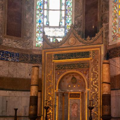 Le mihrab, dirigé vers La Mecque, flanqué des deux chandeliers colossaux de Soliman le Magnifique. Il est situé dans l'abside, à l'emplacement de l'autel.
