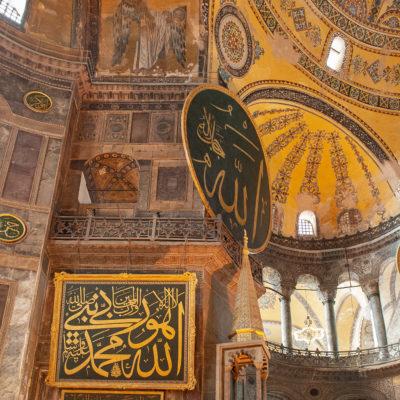Les immenses panneaux circulaires présents à l'intérieur de Sainte-Sophie portent les noms d'Allah, de Mahomet et de ses petits-enfants Hassan et Hussein, ainsi que ceux de quatre califes.