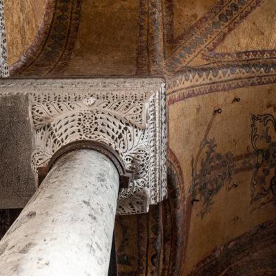 Les arcades du niveau supérieur, du côté regardant vers le vaisseau central, ont conservé leur riche décor de marqueteries de marbre (opus sectile) et leurs mosaïques à rinceaux de vigne en dessous.
