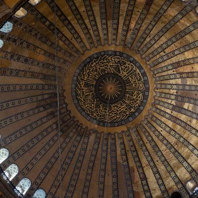 La coupole comporte un Christ pantocrator en mosaïque recouvert d'une calligraphie du début du verset de la lumière.