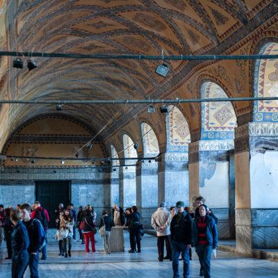 La galerie supérieure, traditionnellement réservée à l'impératrice et à sa cour, présente la forme d'un fer à cheval qui entoure la nef jusqu'à l'abside.