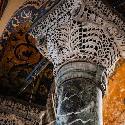 Chapiteau ciselé, en marbre blanc, typique de l'art byzantin