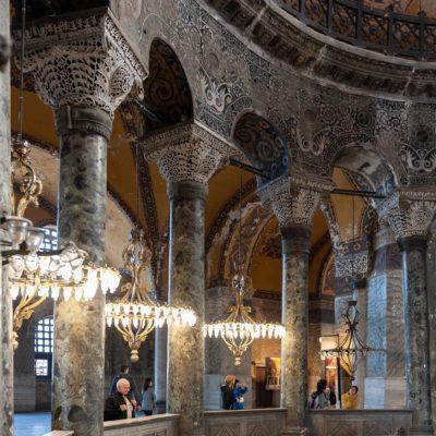 Décoration des arcades inférieures regardant vers le vaisseau central : entrelacs de feuilles d'acanthe délicatement sculptées dans le marbre blanc, c'est un motif assorti à ceux des chapiteaux byzantins qui portent les arcades.