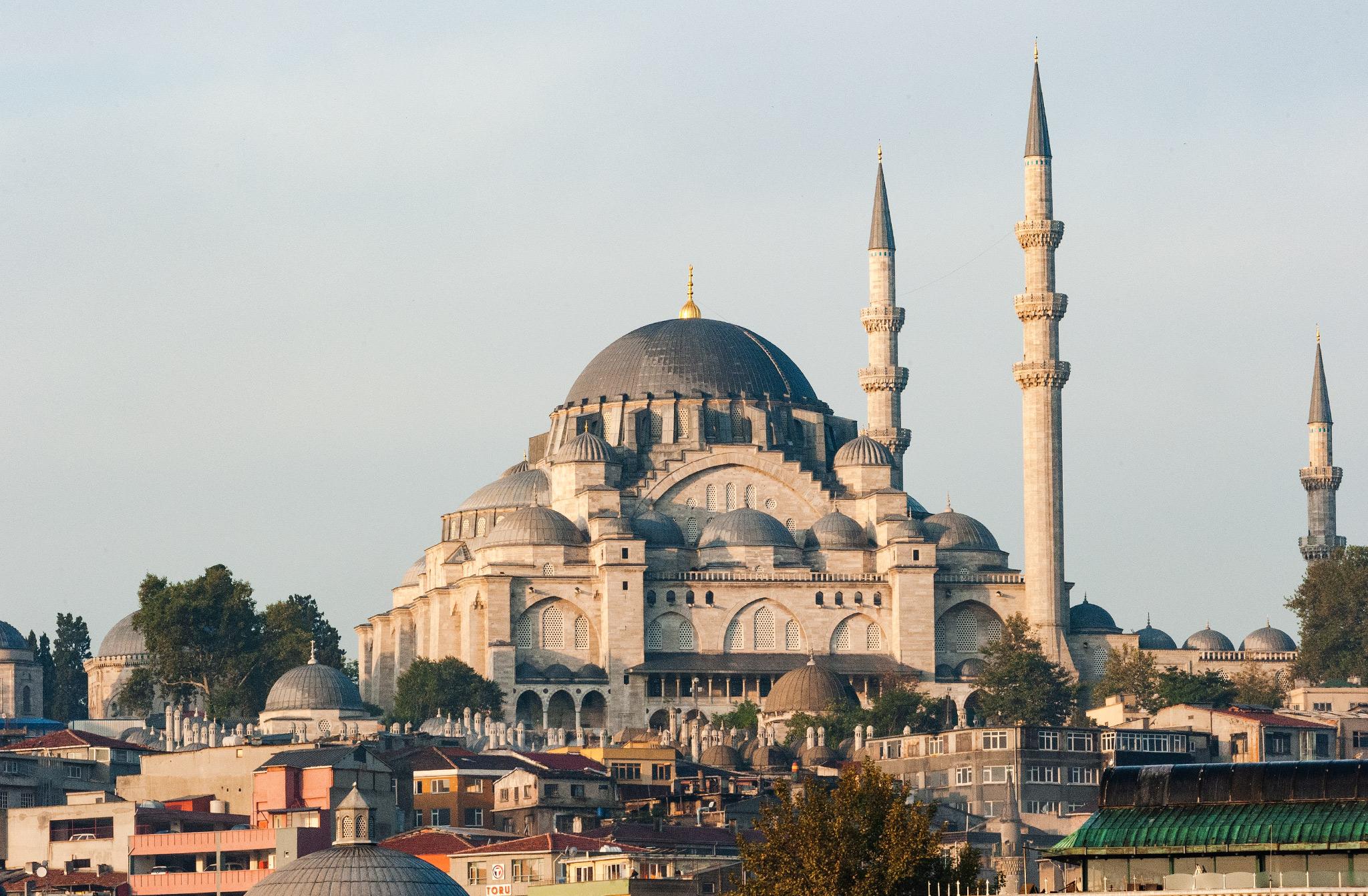 La mosquée Süleymaniye. Les dômes en cascade et les quatre minarets élancés de la mosquée Soliman le Magnifique dominent l'horizon de la rive ouest de la Corne d'Or.